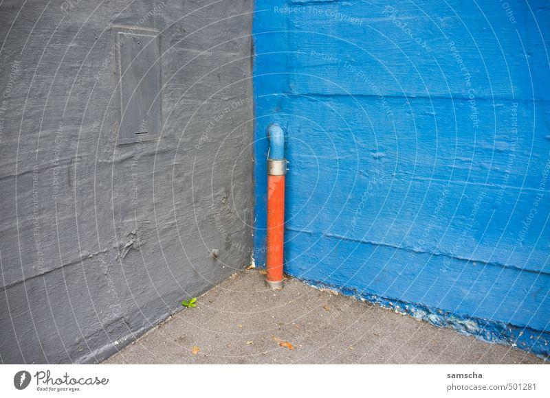 In die Ecke gedrängt... Kunst Architektur Umwelt Kleinstadt Stadt Stadtzentrum Haus Mauer Wand Fassade blau grau orange Röhren Eisenrohr Rohrleitung Beton