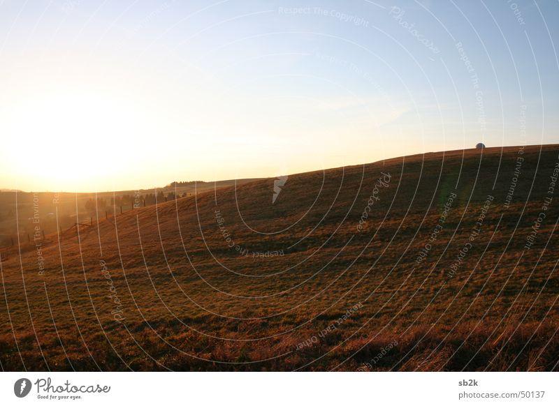 Wild Wild West Wilder Westen Zaun Wiese Wasserkuppe Radarstation Gras braun hell-blau Hügel Unendlichkeit Rhön Kugel Sonne Rasen Berge u. Gebirge sanft Ferne