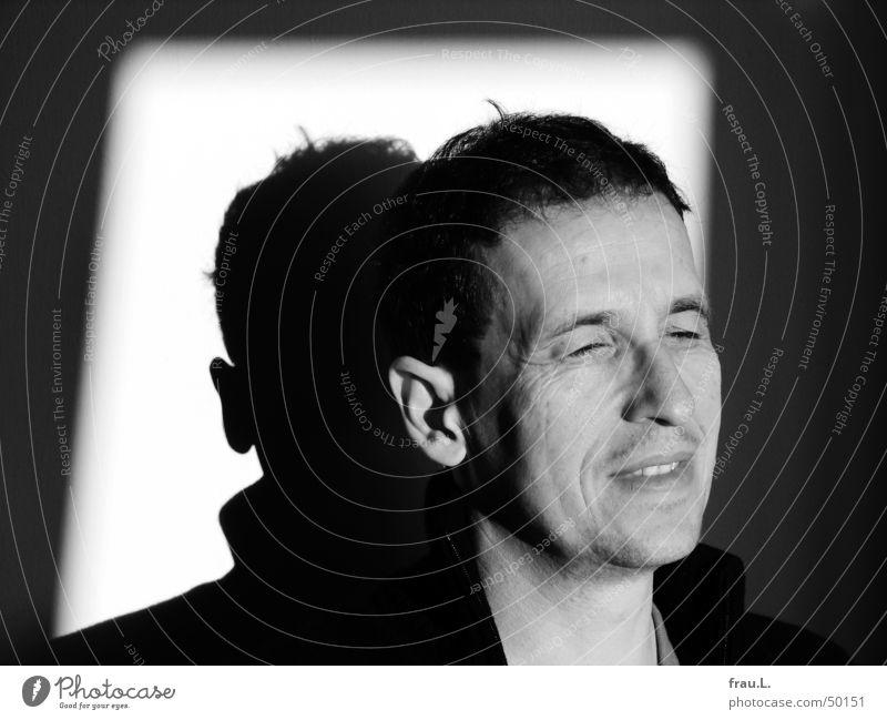 im Licht Gesicht Zufriedenheit Mensch Mann Erwachsene Ohr lachen unrasiert Fünfziger Jahre Falte Schwarzweißfoto Schatten Porträt Zwinkern