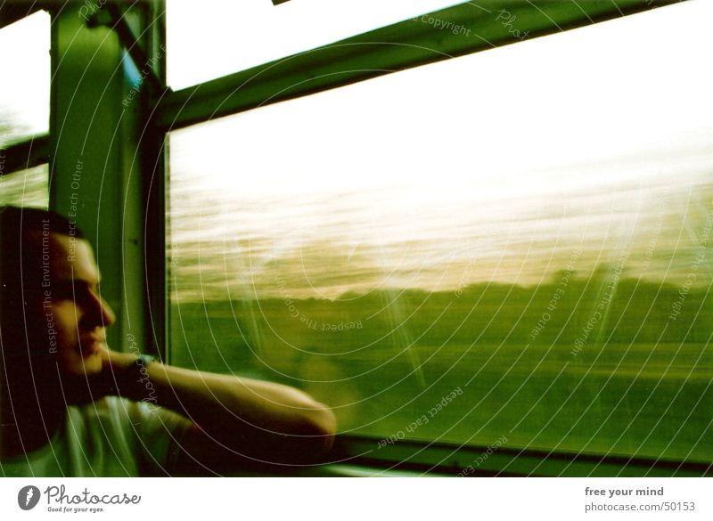 Grüne Zugfahrt Eisenbahn fahren grün Fenster Gedanke Zukunft Romantik Innenaufnahme Porträt zug fahrt grün bahn fenster bewegung gedanken Bewegung Jugendliche