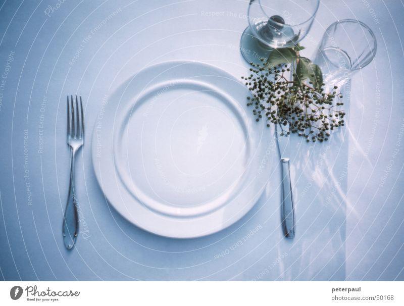 Fein gedeckt Gedeck Gabel Teller Weinglas Tisch Abendsonne Sommerabend Messer Glas Reflexion & Spiegelung blau