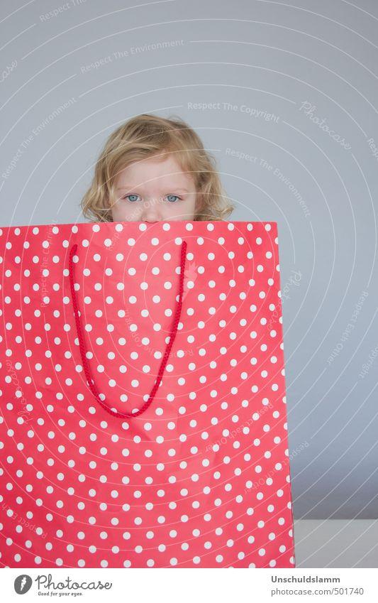 Alles Tüte! Mensch Kind Farbe rot Mädchen Gesicht Leben Gefühle grau Kindheit Lifestyle Dekoration & Verzierung Kommunizieren beobachten kaufen Geschenk