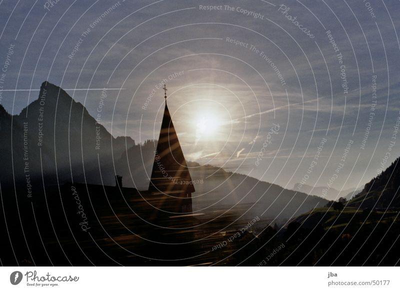 Kirche mit Sonne Himmel Sonne blau gelb Berge u. Gebirge Stein Religion & Glaube Möhre Saanenland Gstaad