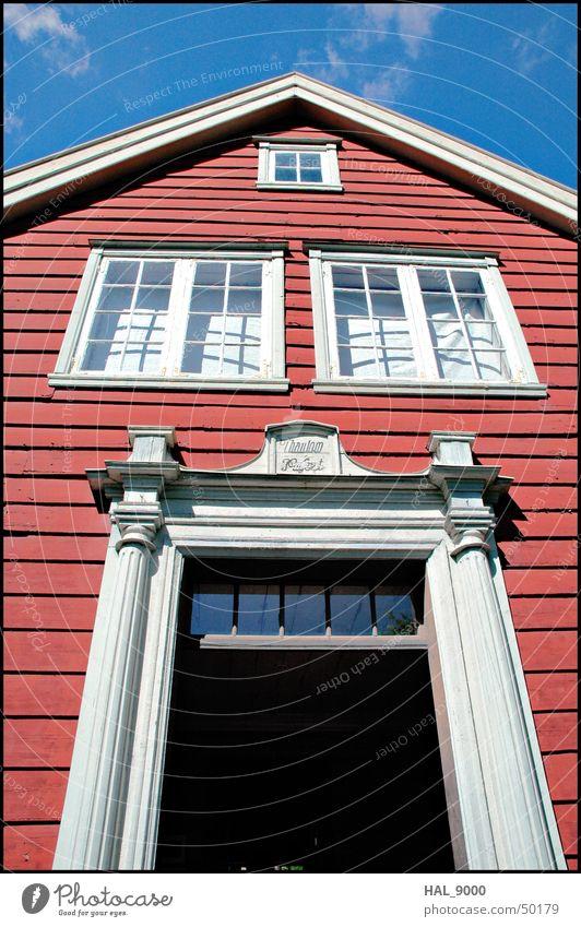 Haus Haus Popaus Holz historisch Gebäude Fassade Fenster Wolken rot weiß schwarz Skandinavien Norwegen Oslo Himmel Tür blau alt