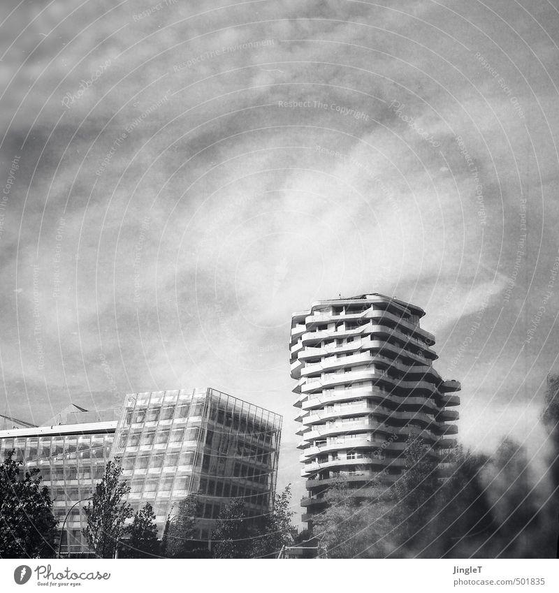 urbanes spielzeug Hamburg Stadt Hafenstadt Stadtzentrum Haus Hochhaus Bauwerk Gebäude Architektur Hafencity schwarz weiß Kraft Ferne Schwarzweißfoto