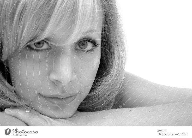 Verträumt Frau weiß schön schwarz Gesicht Auge blond Mund liegen Beautyfotografie Model verträumt Ohrringe