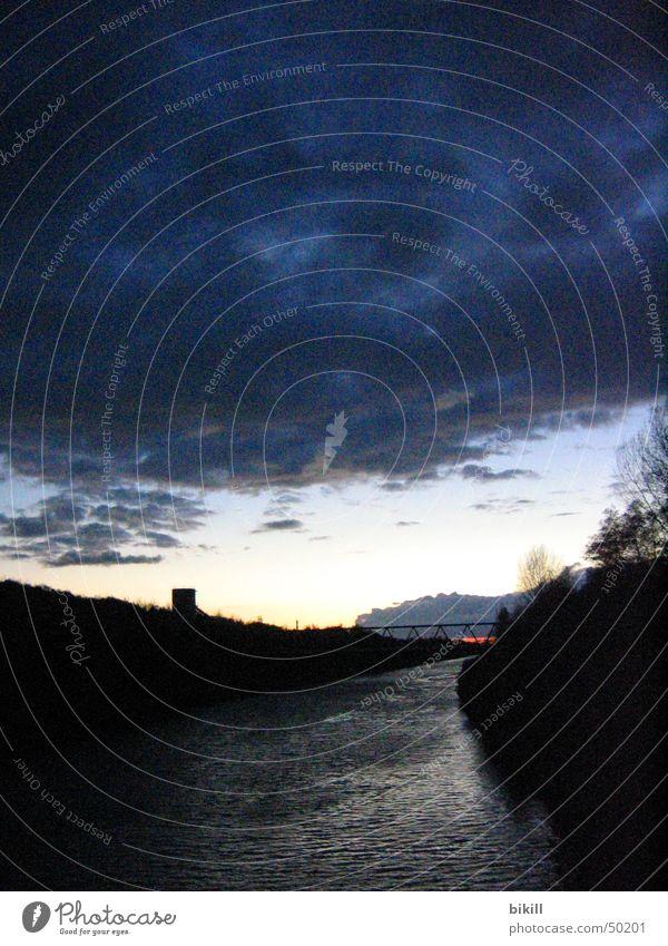 Kanalromantik Ruhrgebiet Abenddämmerung Nacht Wasserturm Gasometer Romantik Wolken Fluss Abwasserkanal blau Bewegung Himmel