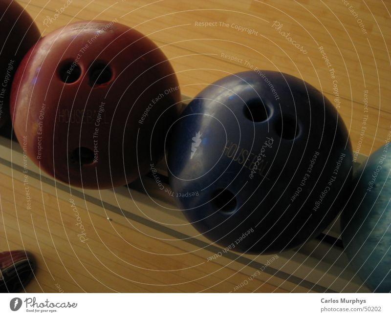 Bowling blau rot Sport Bewegung Schuhe Kugel Drehung Bowlingkugel