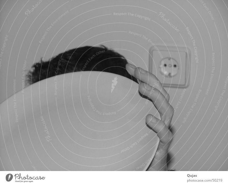 wer bin ich Teller rund Hand Finger unvollendet gesichtslos Steckdose Elektrizität schwarz weiß einfach Sichtschutz Schüchternheit harmonisch Innenaufnahme