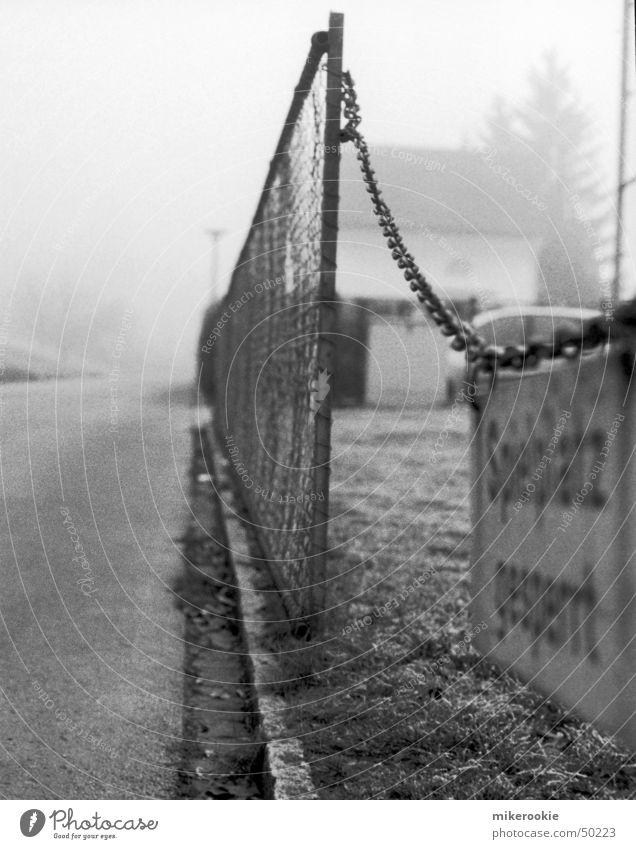 Spielplatz gesperrt Zaun Schranke Nebel dunkel Spielen Verbote Maschendrahtzaun Grenze Bordsteinkante Ausgrenzung Spielen verboten Draht Verbotsschild Barriere