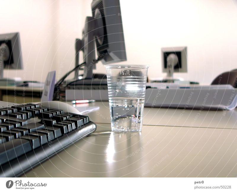 Seminar 01 Tisch Bildschirm Dünnschichttransistor Becher Plastikbecher Licht hell Papier Wasser flatscreen Raum tiefenunschärfe Tastatur