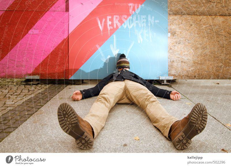 geschenkter gaul Mensch maskulin Mann Erwachsene Körper Beine Fuß 1 30-45 Jahre Schriftzeichen Graffiti Pfeil liegen Mütze Schuhe Jacke Hose Zaun Bauzaun