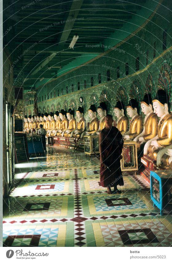 Aupßerirdisch Irdisch Mensch grün gold Asien Amerika Tempel Myanmar Mönch Geistlicher