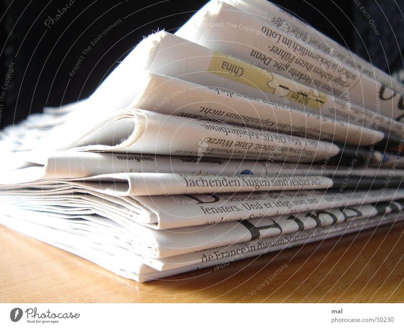 newspaper Zeitung Papier Holz Journalismus Journalist aktuell Profil Stapel lachen Druck Printmedien Druckerzeugnisse Nahaufnahme Business