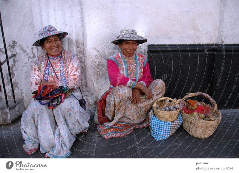 Señoritas Straße lachen Frucht Bekleidung Hut Südamerika Tradition Peru Arequipa