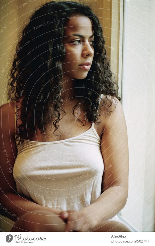 weit weg Jugendliche schön Junge Frau 18-30 Jahre Erwachsene Erotik feminin Gefühle Haare & Frisuren Arme sitzen ästhetisch beobachten Romantik dünn sportlich