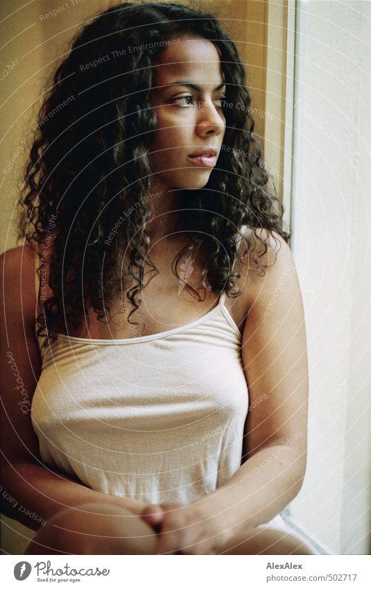 weit weg Junge Frau Jugendliche Haare & Frisuren Arme Dekolleté 18-30 Jahre Erwachsene Hemd Unterwäsche schwarzhaarig langhaarig Locken beobachten Blick sitzen