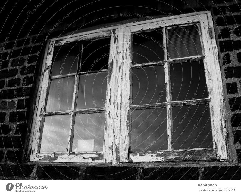 Altes Fenster alt weiß schwarz Wolken Fenster Mauer kaputt Bauernhof Backstein Rost Fensterscheibe