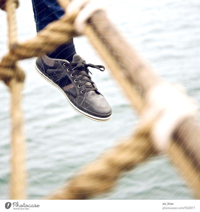 Abhängen Ferien & Urlaub & Reisen blau Erholung Freude gelb Fuß träumen gold Schuhe Zufriedenheit sitzen warten Fröhlichkeit genießen Unendlichkeit Gelassenheit