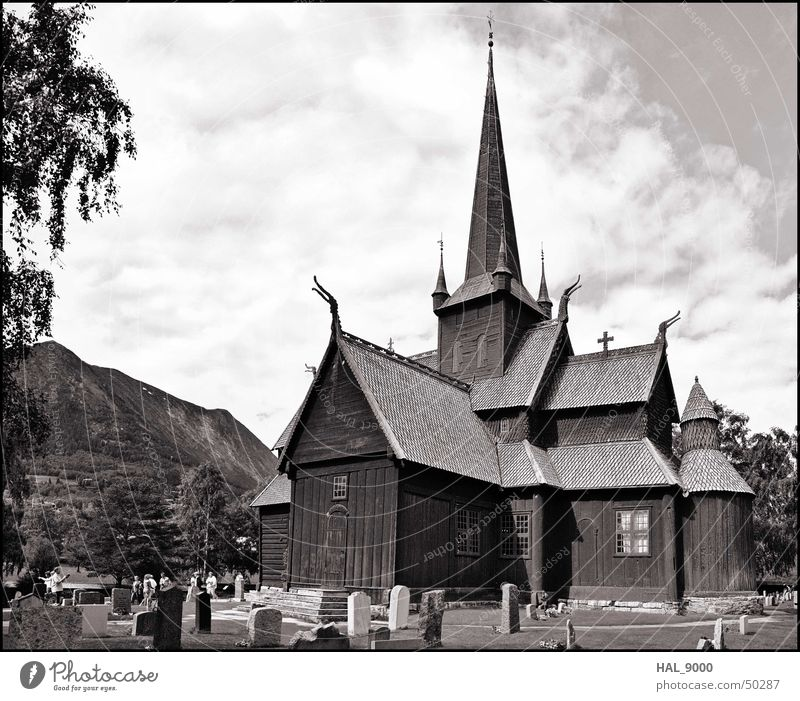 Stavkirke b/w Himmel Sommer Wolken Gras Holz Graffiti Religion & Glaube groß Dach Turm Bauwerk historisch Norwegen Christentum Grab Skandinavien