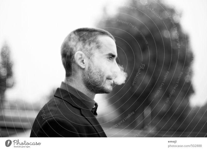smoke maskulin Junger Mann Jugendliche Kopf 1 Mensch 18-30 Jahre Erwachsene Coolness dunkel Rauchen rauchend Schwarzweißfoto Außenaufnahme Tag