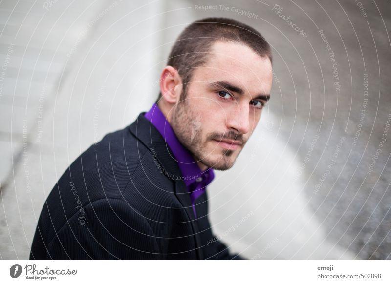 Anzug maskulin Junger Mann Jugendliche Erwachsene 1 Mensch 18-30 Jahre kurzhaarig Dreitagebart bedrohlich Coolness dunkel Farbfoto Gedeckte Farben Außenaufnahme