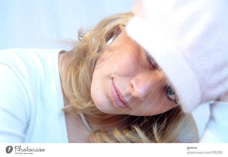 Nachgeschaut Frau schön Model Beautyfotografie blond rosa Mütze weich kalt zart Gesicht babe Ohrringe ausdrucksstark Auge Mund blau lachen