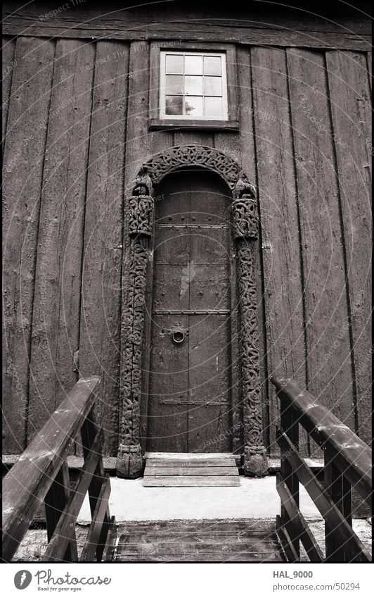 stavkirke portal Bauwerk Holz Norwegen Skandinavien historisch Wikinger Religion & Glaube Christentum Sommer Froschperspektive tief Portal Fenster Stabkirche