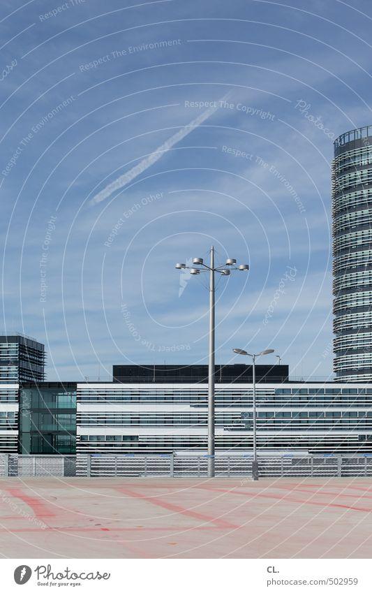 parkdeck Himmel Stadt Sommer Wolken Architektur Gebäude Fassade Verkehr Hochhaus modern Schönes Wetter Platz leer Straßenbeleuchtung Bauwerk Bankgebäude
