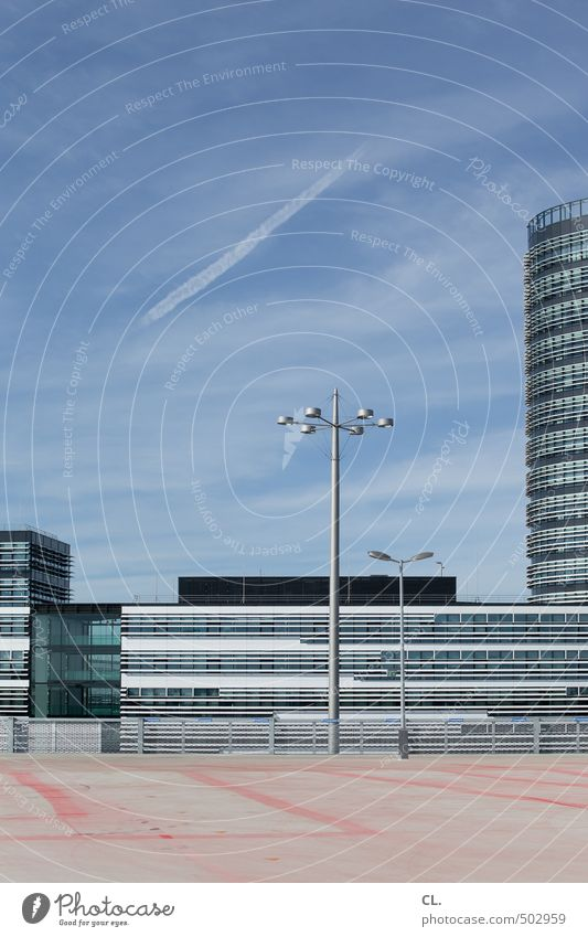parkdeck Himmel Wolken Sommer Schönes Wetter Stadt Menschenleer Hochhaus Bankgebäude Platz Parkhaus Bauwerk Gebäude Architektur Fassade Verkehr