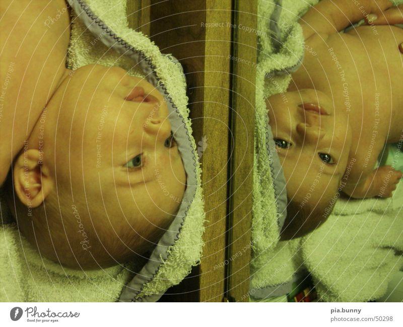 Spiegelspiel Baby 2 Zwilling niedlich Doppelbelichtung