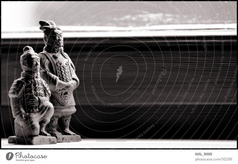 Der General und sein Vasall alt weiß schwarz ruhig grau Stil stehen Asien historisch China Bogen Knie Armee Chinesisch Mittelalter Bogenschütze