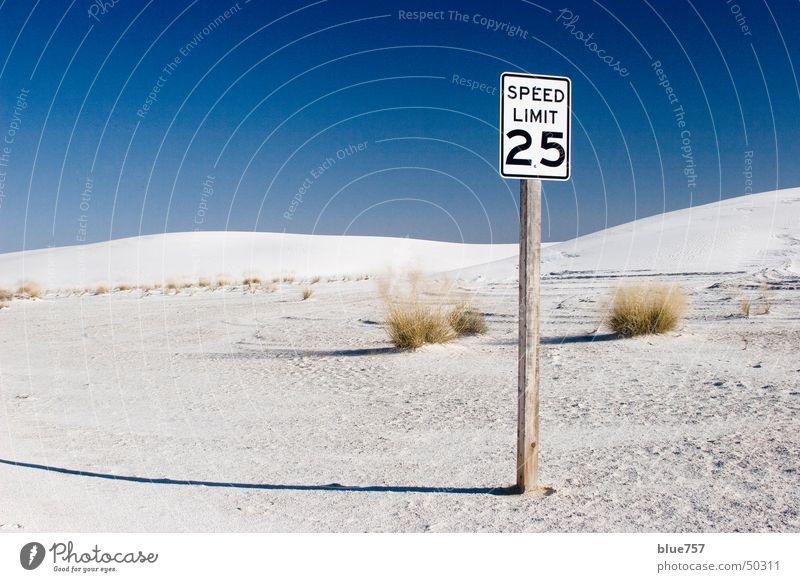 Speed Limit Buchstaben Verkehrsschild weiß Holz Holzmehl Himmel 25 Ziffern & Zahlen numbers letters traffic sign Sand white blau blue sky Schatten shadow