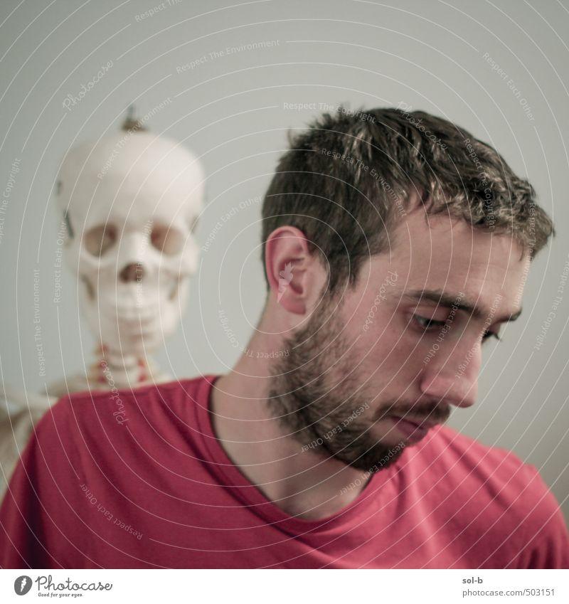 Mensch Jugendliche alt Junger Mann 18-30 Jahre Erwachsene Leben Traurigkeit Tod Denken Zeit Gesundheit maskulin Gesundheitswesen trist authentisch
