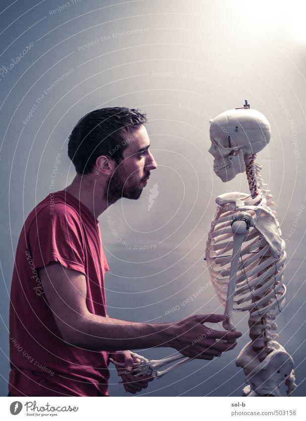 Mensch Jugendliche alt Junger Mann 18-30 Jahre Erwachsene dunkel Leben Tod lustig Zeit Gesundheit Freundschaft maskulin trist Zukunft