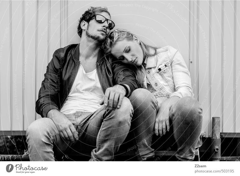 ZWEISAM Mensch Jugendliche Erholung Junge Frau ruhig Junger Mann 18-30 Jahre Erwachsene Wand Liebe Stil Mode Freundschaft Zusammensein Treppe blond