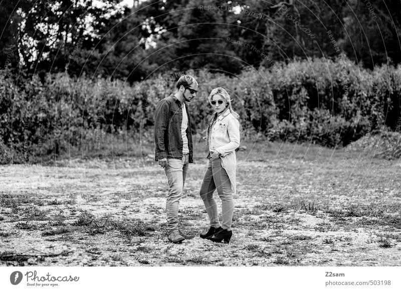 ZWEISAM Lifestyle Stil Junge Frau Jugendliche Junger Mann Paar Partner 2 Mensch 18-30 Jahre Erwachsene Natur Landschaft Herbst Gras Sträucher Mode Jeanshose
