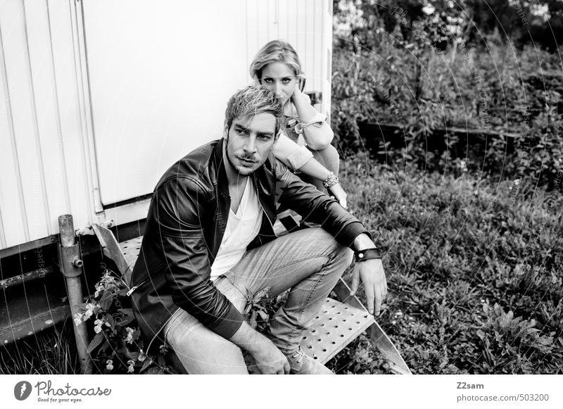 ZWEISAM Lifestyle Stil Junge Frau Jugendliche Junger Mann 2 Mensch 18-30 Jahre Erwachsene Natur Landschaft Herbst Sträucher Wiese Bauwagen Treppe Mode Jeanshose