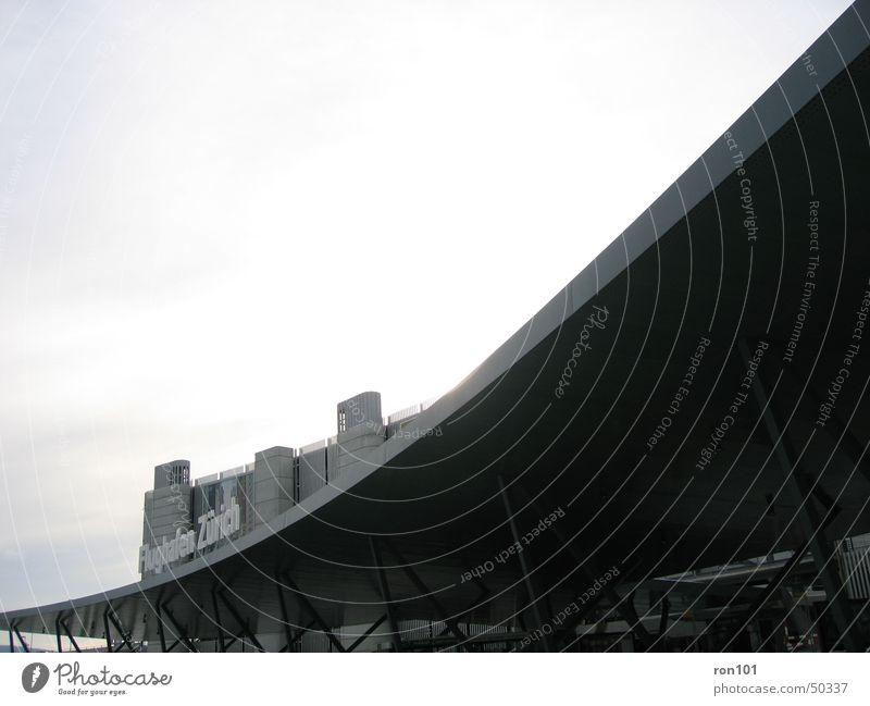 airport Busbahnhof Dach Leuchtreklame Werbung Parkhaus Wolken grau Flughafen Zürich Himmel