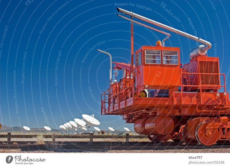 einsatzbereit Himmel weiß blau rot Holz grau Gleise Zaun silber Fahrzeug Kies Antenne Auspuff Holzmehl Maschendraht Radioteleskop