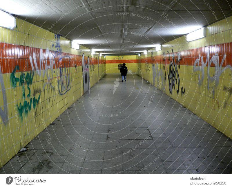 modern underground!? Mensch alt Einsamkeit Lampe Wand Graffiti Beleuchtung dreckig Deutschland Europa Brücke trist Fliesen u. Kacheln Tunnel Bahnhof