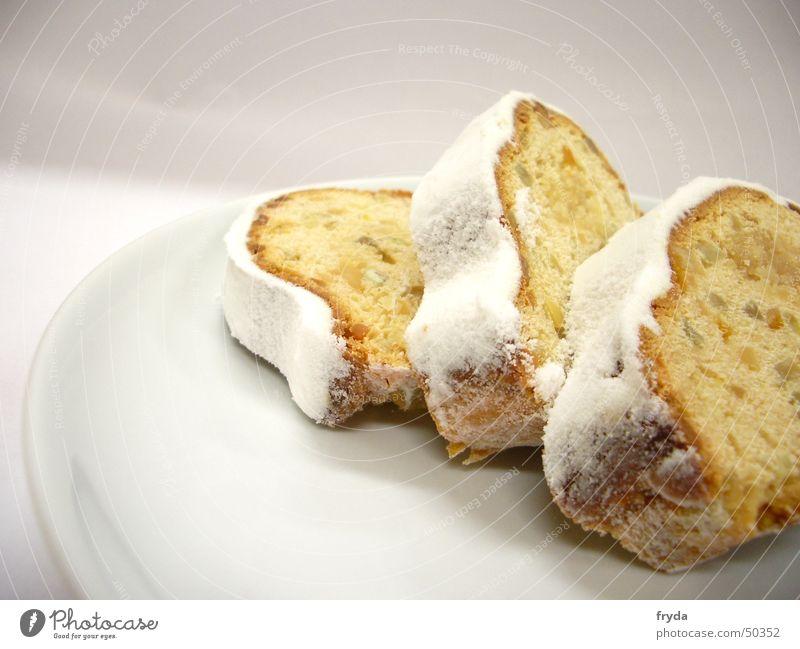 mhhh weihnachten! Kuchen Christstollen Teller Puderzucker Brot Winter Dezember lecker besinnlich Geschirr zerbrechlich gelb weiß Staub fein Weihnachten & Advent