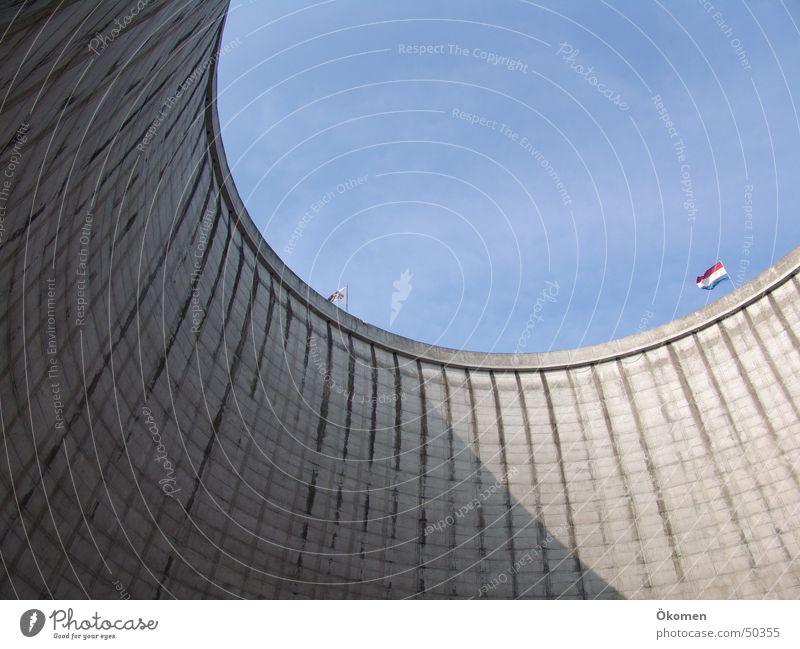 Der Ausblick Wasser Himmel grau Beton Kreis rund Grenze Schönes Wetter hart Blauer Himmel Kernkraftwerk Kühlturm Steilwand