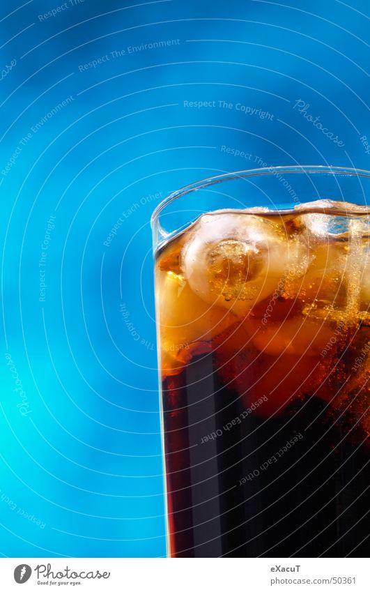 Geschenk des Himmels blau schwarz Wolken kalt Eis Glas Getränk trinken Flüssigkeit Erfrischung Cola Eiswürfel gekühlt