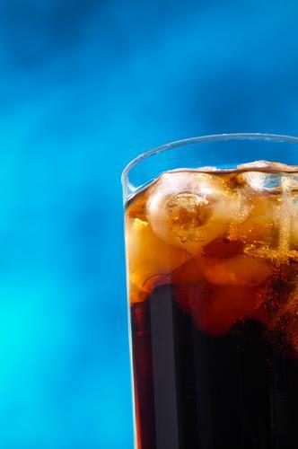Geschenk des Himmels Cola schwarz Getränk trinken Eiswürfel Wolken kalt gekühlt blau Flüssigkeit Glas Erfrischung