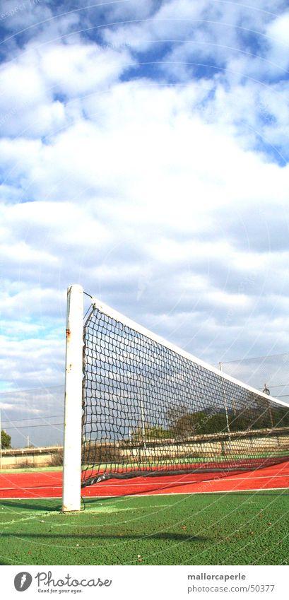 ins netz gehen Tennis grün rot Stab Spielen Wolken Netz blau alt Himmel match