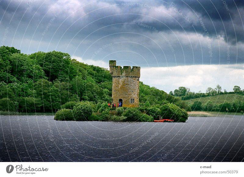 Turm bei Crom Castle Wasser grün blau Sommer Wolken Farbe Wald grau See Landschaft Fluss Baustelle Turm Bauwerk Gewitter Nordirland