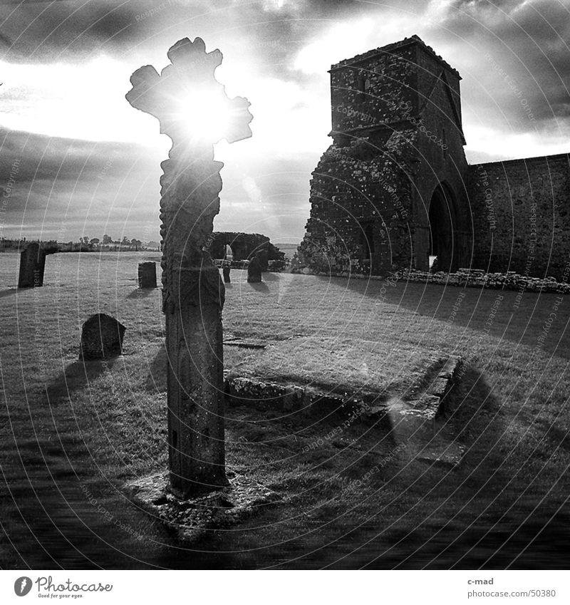 Kreuz auf Dervenish Island weiß Sonne Sommer Wolken schwarz Landschaft Religion & Glaube Rücken Stern Stern (Symbol) Baustelle Turm Fluss Bauwerk Ruine Gewitter
