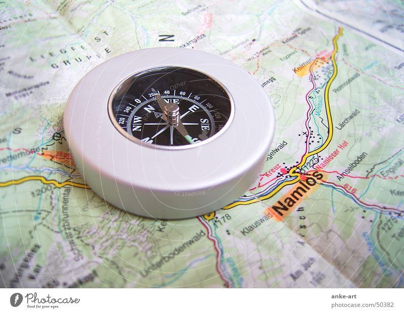 Weg ins Nirgendwo? Kompass Richtung Aussicht Orientierung Himmelsrichtung Süden Osten Gegenteil Hinweis Österreich Dorf planlos Einsamkeit Abenteuer Fernweh