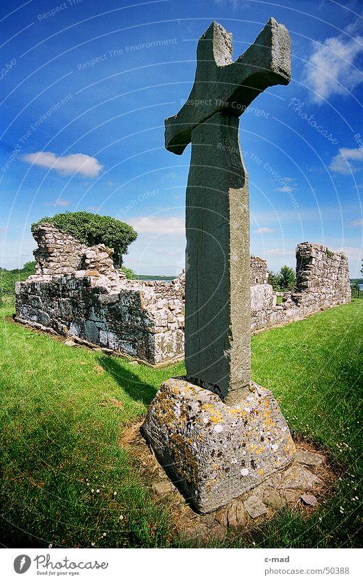 Klosterruine Inishmacnaire Sonne grün blau Sommer Wolken grau Stein Landschaft Religion & Glaube Rücken Baustelle Bauwerk Ruine Friedhof Grab Nordirland